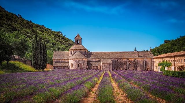 klášter v levanduli