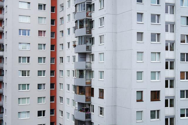 Biele panelové domy na sídlisku.jpg
